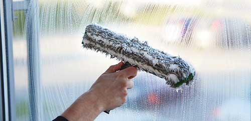Aparatos limpiacristales mojadores